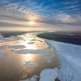 Sich hin- und herbewegende Eis Floes treiben auf dem großen Fluss Stockfoto