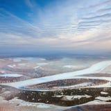 Sich hin- und herbewegende Eis Floes treiben auf dem großen Fluss Lizenzfreie Stockbilder