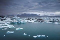 Sich hin- und herbewegende Eisberge. Stockfotografie