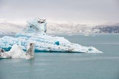 Sich hin- und herbewegende Eisberge an der Eislagune Jokulsarlon, Island Stockfotos