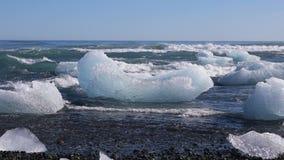 Sich hin- und herbewegende Eisberge im Nord-Atlantik, Island stock footage