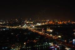 Sich hin- und herbewegende Fliegenlaterne steigt nachts in Bangkok, Festival 2006, Thailand des neuen Jahres im Ballon auf Stockbild