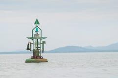 Sich hin- und herbewegende grüne Navigationsboje auf Meer, das Golf von Thailand lizenzfreie stockfotos