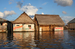 Sich hin- und herbewegende Häuser auf dem Amazonas-Fluss Lizenzfreies Stockfoto