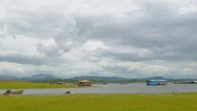 Sich hin- und herbewegende Häuser, die in den See schwimmen stock video footage