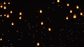 Sich hin- und herbewegende Himmellaternen in Chiang Mai, Thailand stock footage