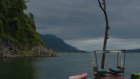 Sich hin- und herbewegende Hotelhäuser, die in den See schwimmen stock footage