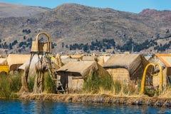 Sich hin- und herbewegende Inseln Uros in den peruanischen Anden bei Puno Peru lizenzfreie stockbilder