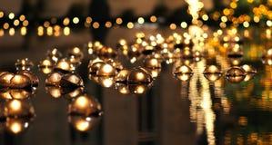 Sich hin- und herbewegende Kerzen in der Reflexion Stockfotografie
