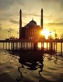 Sich hin- und herbewegende Moschee mit Sonnenunterganghintergrund Lizenzfreie Stockfotos