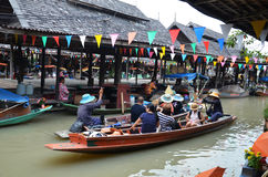 Sich hin- und herbewegende Regionen Marktes vier Pattayas stockfoto