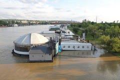 Sich hin- und herbewegende Restaurantfluten
