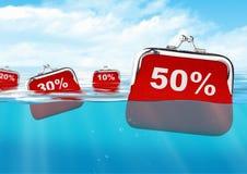 Sich hin- und herbewegende rote Geldbörsen mit Zahl in Ozean, bunter Rabattbetrug Lizenzfreies Stockbild