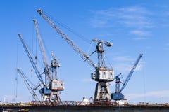 Sich hin- und herbewegende Schiffsreparatur-Hafenkräne stockbild