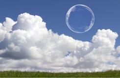 Sich hin- und herbewegende Seifenblasen gegen klaren sonnenbeschienen blauen Himmel und Wolken Lizenzfreie Stockbilder