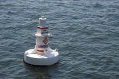Sich hin- und herbewegende weiße Boje im Meer Stockfoto