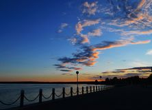 Sich hin- und herbewegende Wolken über der Bucht bei Sonnenuntergang stockbilder
