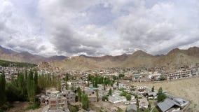 Sich hin- und herbewegende Wolken eines der Zeitspanne regnerischen Himmels über der Stadt in den Bergen stock footage