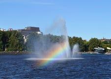 Sich hin- und herbewegender Brunnen in Wyborg-Bucht Lizenzfreie Stockfotos
