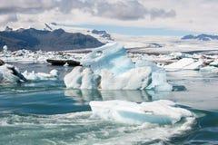 Sich hin- und herbewegender Eisberg bei Jokulsarlon gefrieren Lagune, Island Stockfoto