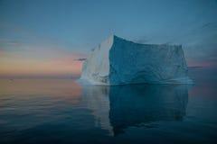Sich hin- und herbewegender Eisberg im Abendlicht Stockbild