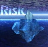 Sich hin- und herbewegender Eisberg im Ozean mit Gefahr-Text Stockbild