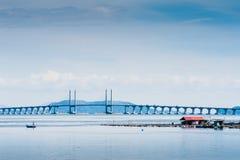 Sich hin- und herbewegender Fisch-Käfig und Penang-Brücke Stockfotografie