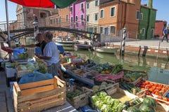 Sich hin- und herbewegender Gemüsemarkt auf Burano-Insel, nahe Venedig, Italien Lizenzfreies Stockbild