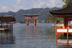 Sich hin- und herbewegender Itsukushima shintoistischer Schrein Stockfotos