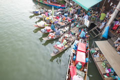 Sich hin- und herbewegender Markt Amphawa Stockbild