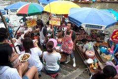 Sich hin- und herbewegender Markt Amphawa-Abends in der Mitte von Thailand. Lizenzfreies Stockbild