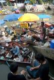 Sich hin- und herbewegender Markt Amphawa-Abends in der Mitte von Thailand. Stockbilder