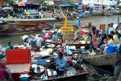 Sich hin- und herbewegender Markt Amphawa-Abends in der Mitte von Thailand. Stockfotografie