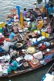 Sich hin- und herbewegender Markt Amphawa-Abends in der Mitte von Thailand. Stockfoto
