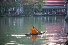 Sich hin- und herbewegender Markt Amphawa, Provinz Samut Songkhram, Thailand 13,2019 im April: Reihen des buddhistischen Mönchs d stockfotografie