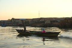 Sich hin- und herbewegender Markt Barito-Flusses morgens stockfotografie