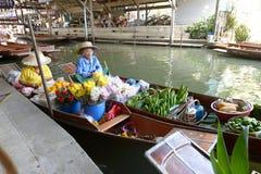 Sich hin- und herbewegender Markt Damnoen Saduak Stockbild