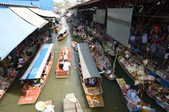 Sich hin- und herbewegender Markt Damnoen Saduak Stockfoto