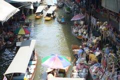 Sich hin- und herbewegender Markt Damnoen Saduak Lizenzfreie Stockfotos