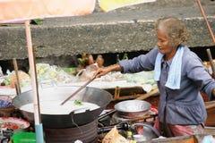 Sich hin- und herbewegender Markt, Damnoen Saduak, Thailand lizenzfreie stockfotografie