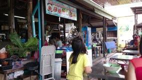 Sich hin- und herbewegender Markt 100-jährig, Samut Prakan stock footage