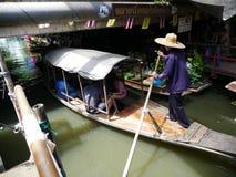 Sich hin- und herbewegender Markt Klong-Lat Mayom, der alte Markt in Thailand haben viel Essenlebensmittel und -nachtisch Stockfoto