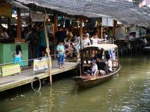 Sich hin- und herbewegender Markt Klong-Lat Mayom, der alte Markt in Thailand haben viel Essenlebensmittel und -nachtisch lizenzfreie stockbilder