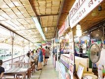Sich hin- und herbewegender Markt Klong-Lat Mayom, der alte Markt in Thailand haben viel Essenlebensmittel und -nachtisch stockfotografie