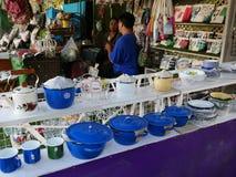 Sich hin- und herbewegender Markt Klong-Lat Mayom, der alte Markt in Thailand haben viel Essenlebensmittel und -nachtisch lizenzfreie stockfotos
