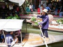 Sich hin- und herbewegender Markt Klong-Lat Mayom, der alte Markt in Thailand haben viel Essenlebensmittel und -nachtisch Lizenzfreie Stockfotografie