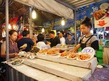 Sich hin- und herbewegender Markt Klong-Lat Mayom, der alte Markt in Thailand haben viel Essenlebensmittel und -nachtisch stockbilder