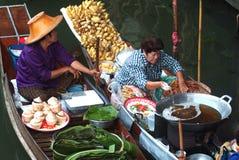 Sich hin- und herbewegender Markt in Thailand. Stockfotografie