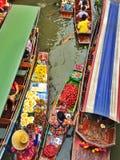 Sich hin- und herbewegender Markt, Thailand lizenzfreie stockfotografie