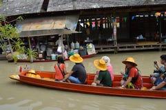 Sich hin- und herbewegender Markt in Thailand lizenzfreie stockbilder